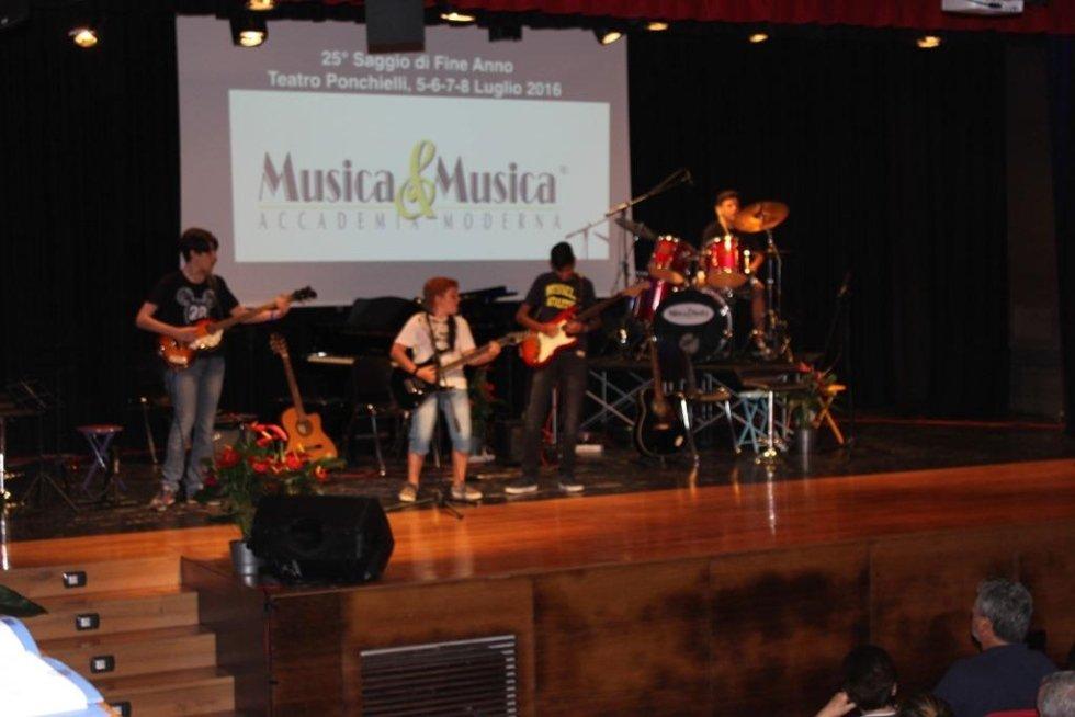 Ragazzi intenti a suonare il basso e la chitarra