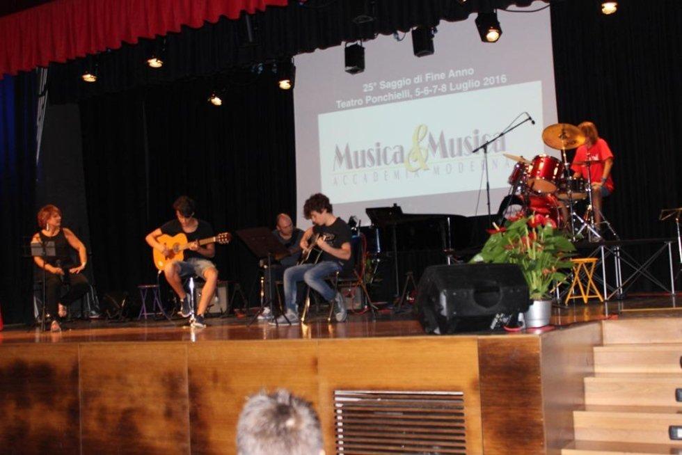 Ragazzi durante un esibizione con chitarra