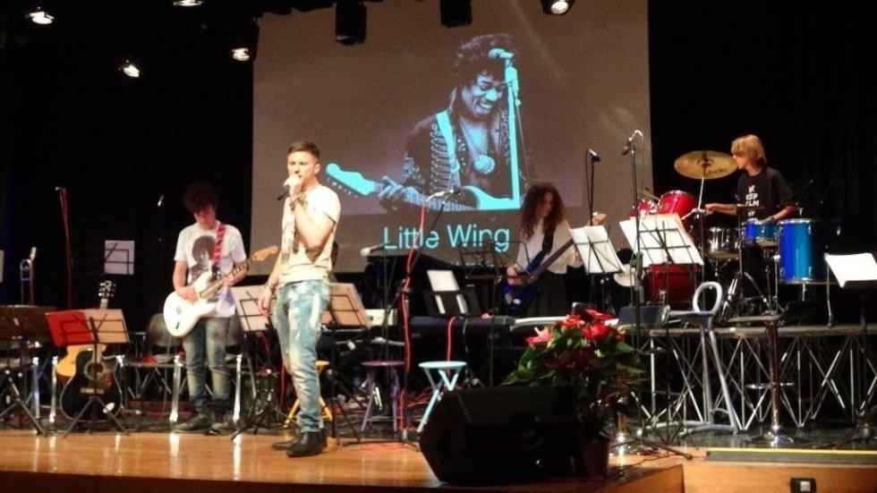 Cantante su palcoscenico con microfono
