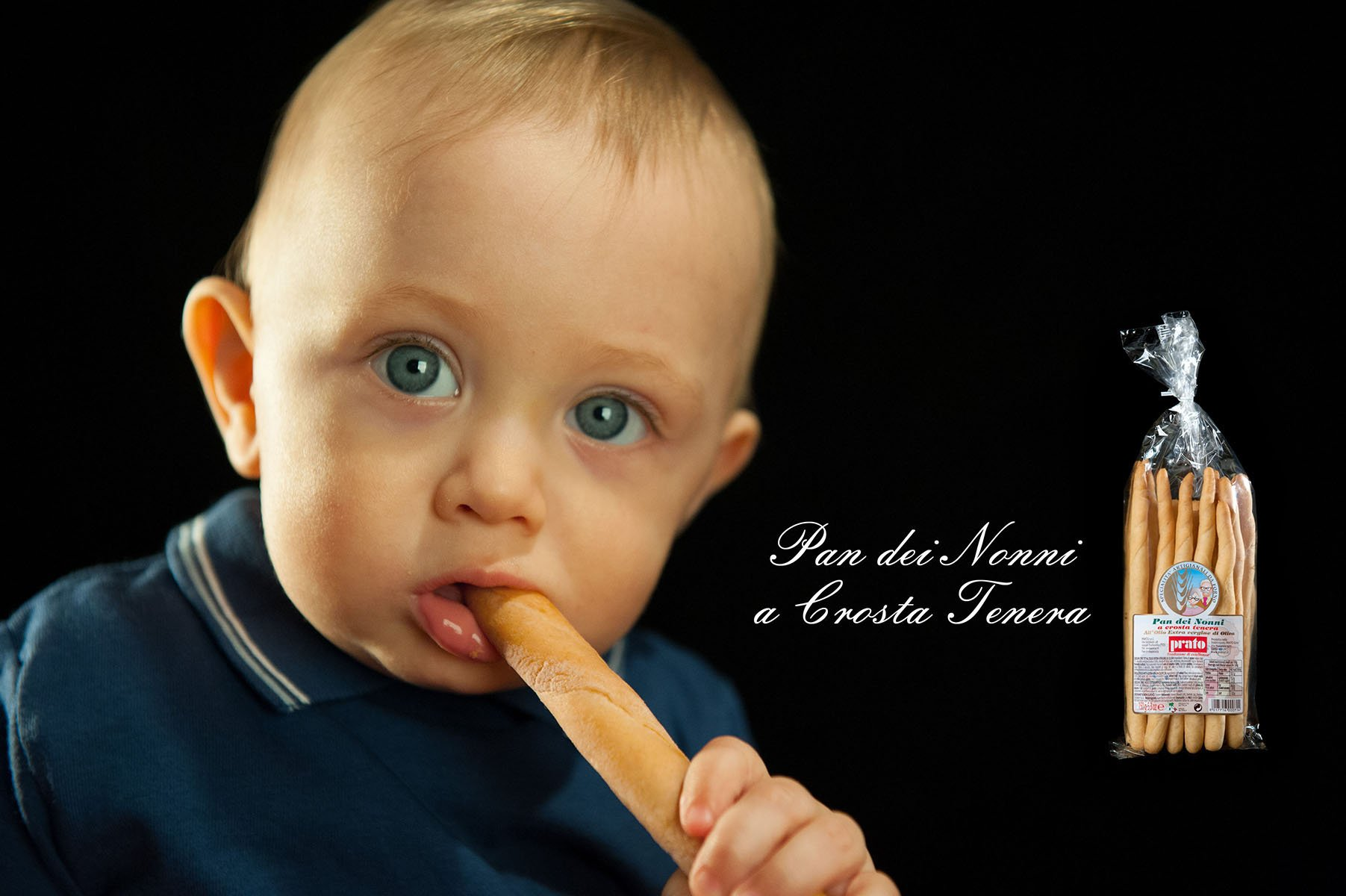 bambino mangia un grissino