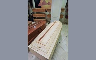 cassa in legno con crocifisso