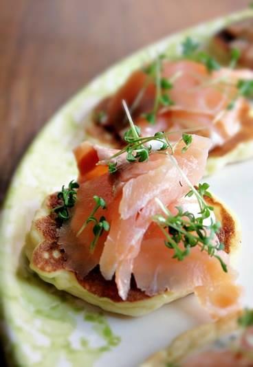 mini crepes con pesce affumicato