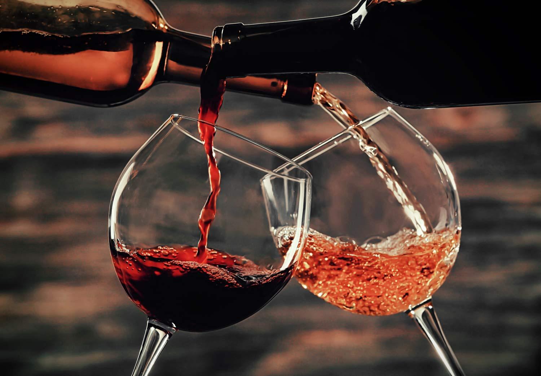 Due calici di vino che brindano
