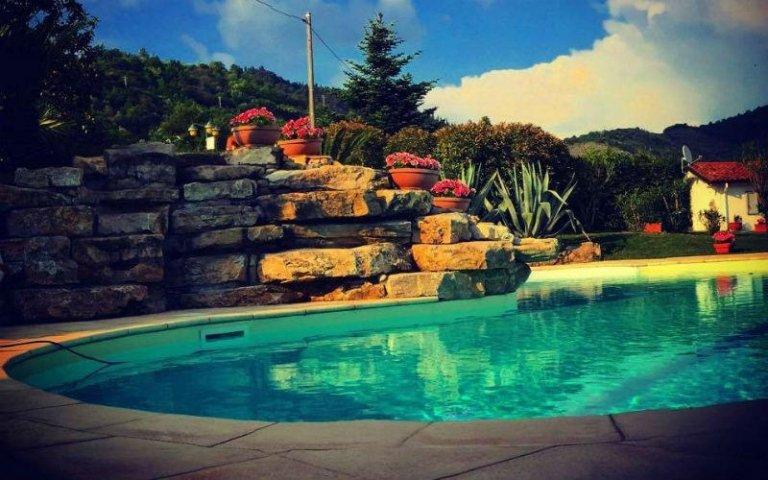 Le colline dietro la piscina