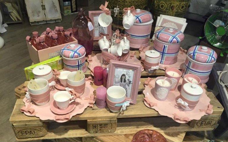 Vasi, tazze, barattoli in rosa antico