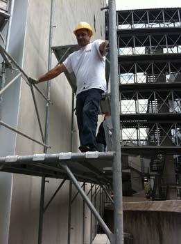 muratore durante i lavori, a Reggio Calabria