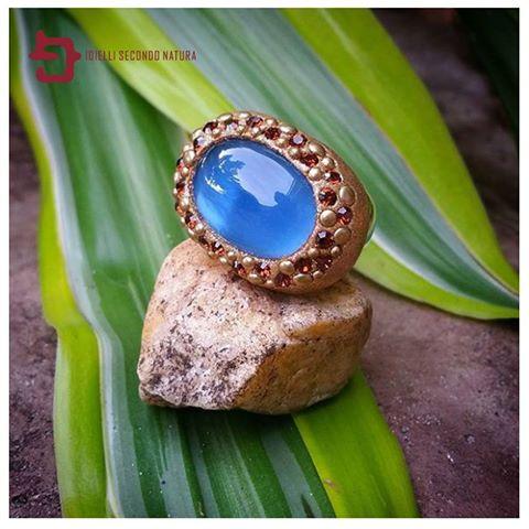 anello con gemma blu su una pietra