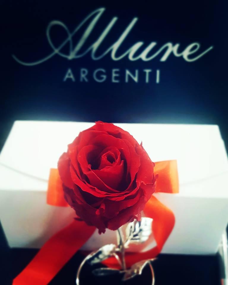 pacchetto regalo con rosa rossa e fiocco Allure Argenti