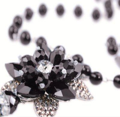 particolare gioiello in pietra nero