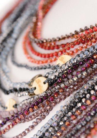 particolare collane colorate