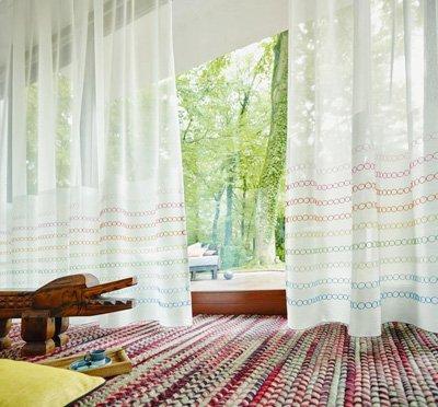 Tende per interni e tappeto colorato
