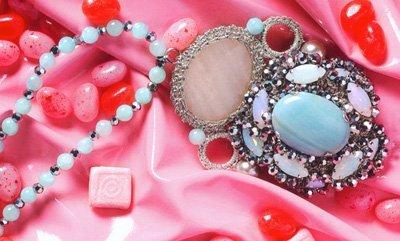 particolare ciondoli con pietre colorate