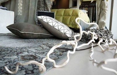 cuscini rivestiti su tappeto