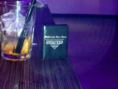 cocktail sul tavolo e pacchetto marca effetto