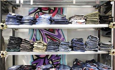 assortimento jeans su scaffali