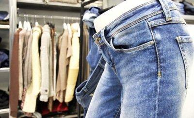 manichino con paio di jeans