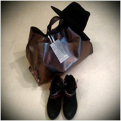 un borsa in pelle, un cappello nero e un paio di scarpe da donna