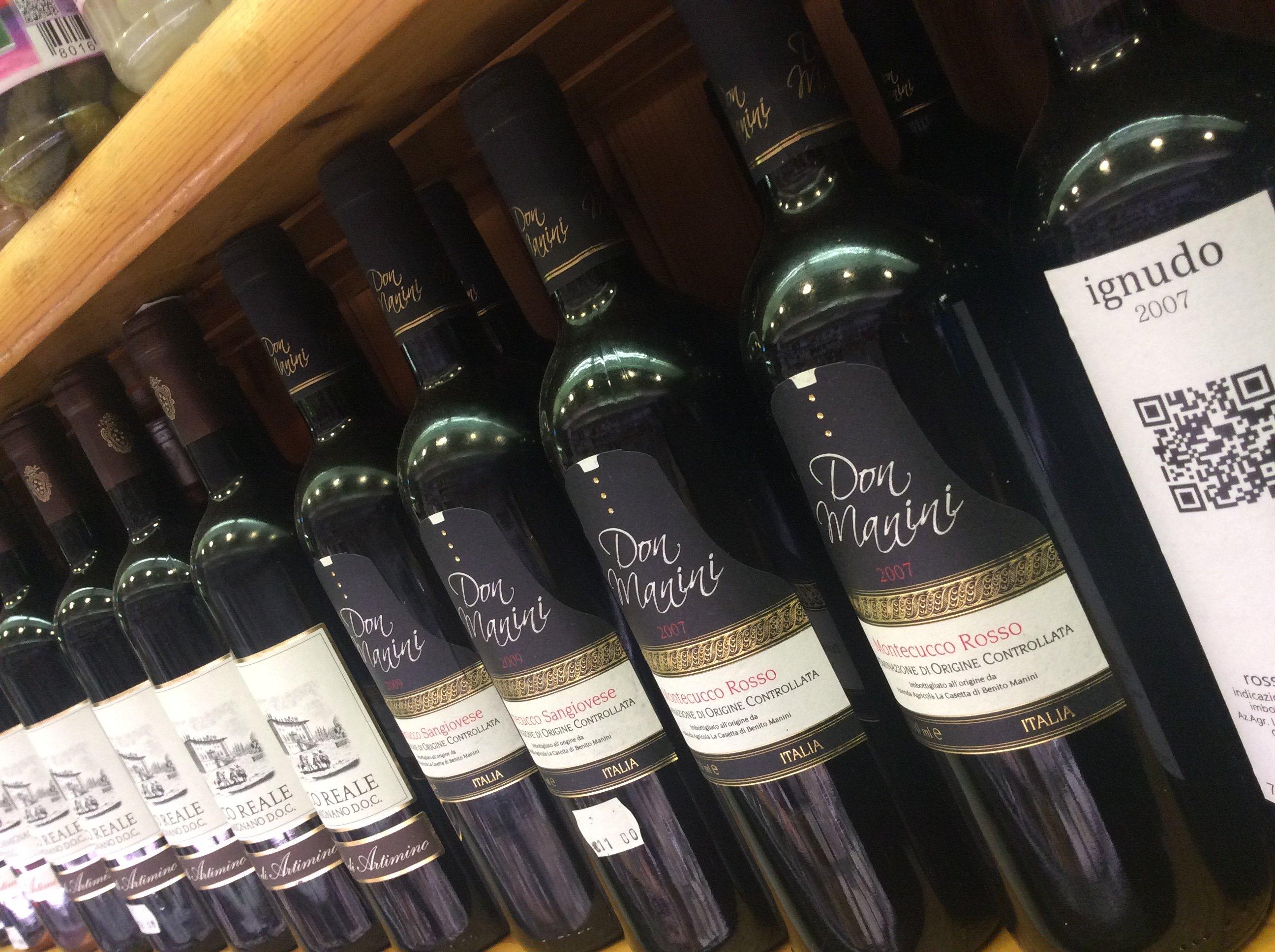 bottiglie di vino su scaffale