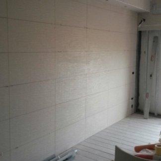 una parete di piastrelle bianche