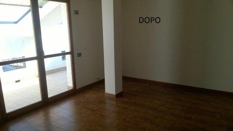 interno di un appartamento con una colonna e il pavimento in parquet