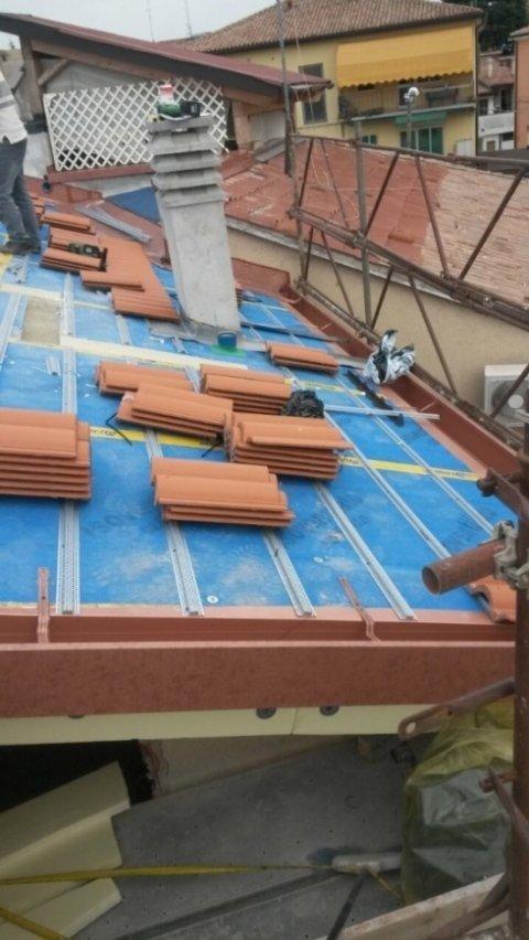 la struttura di un tetto con delle tegole non ancora posizionate