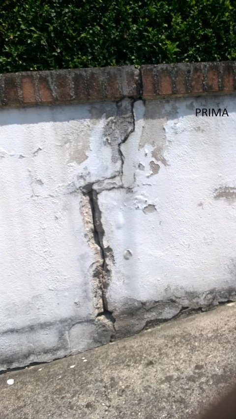 un muretto con una crepa