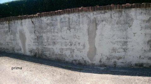 un muro esterno rovinato