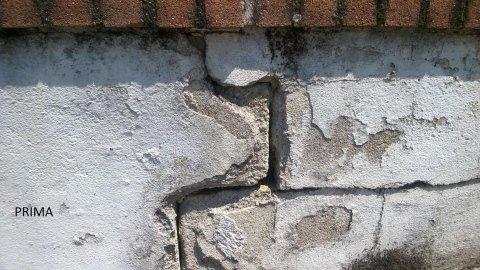 un muretto crepato visto da vicino