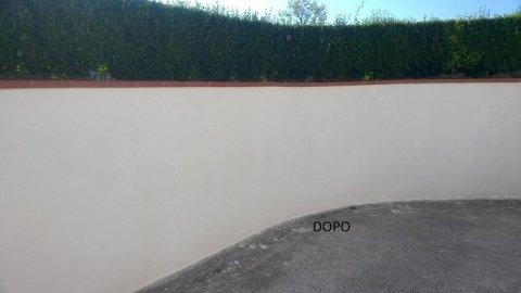 un muro esterno dopo essere stato rifatto e imbiancato