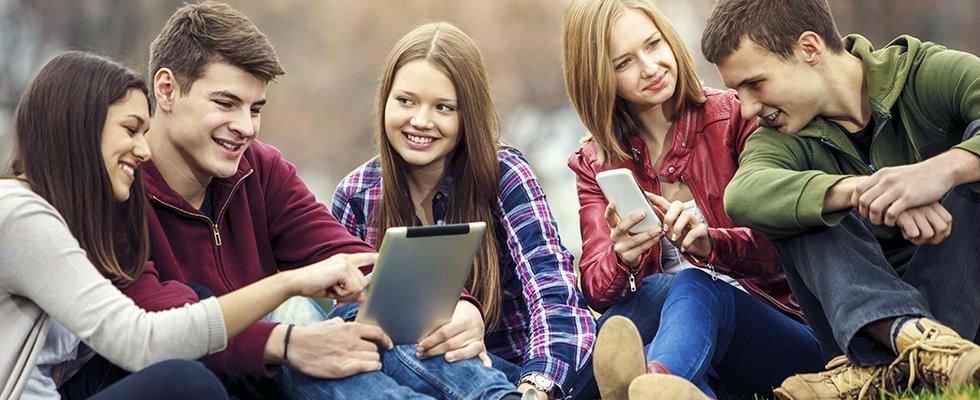 Giovani che usano il cellulare