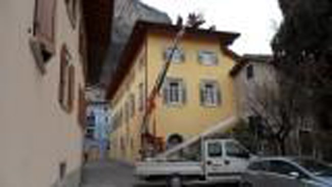 piattaforma elevatrice di fronte a un palazzo