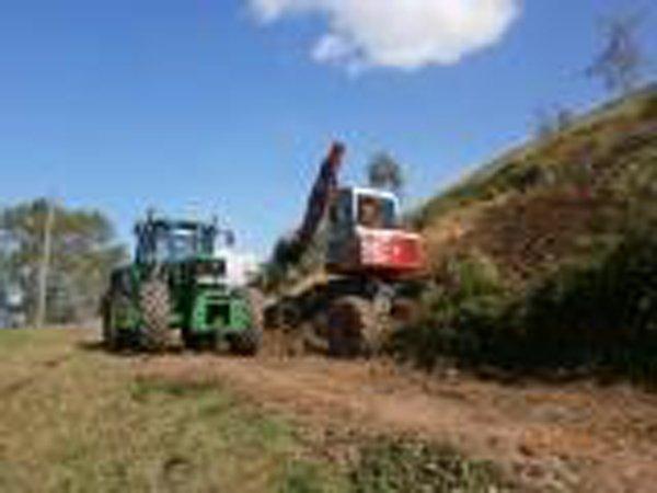 trattore verde e rosso durante una fase di lavorazione