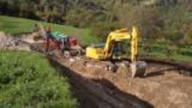 serie di ruspe che lavorano il suolo