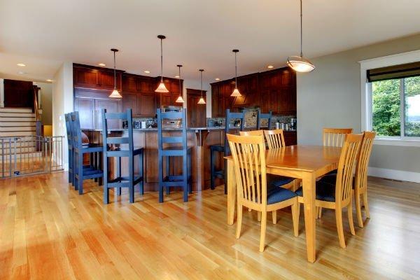 cucina e angolo da pranzo con mobili  in legno