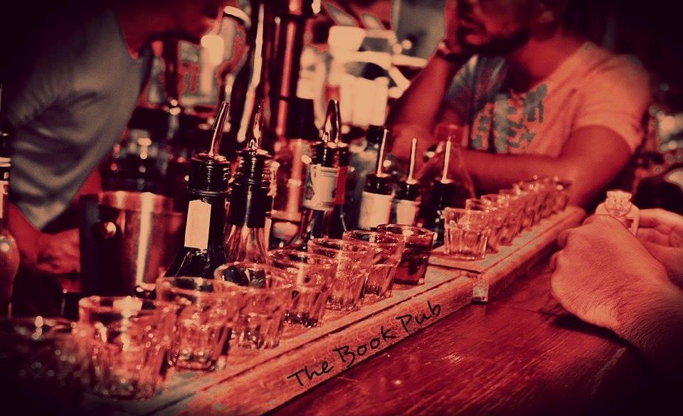 Bancone con bicchieri e bottiglie