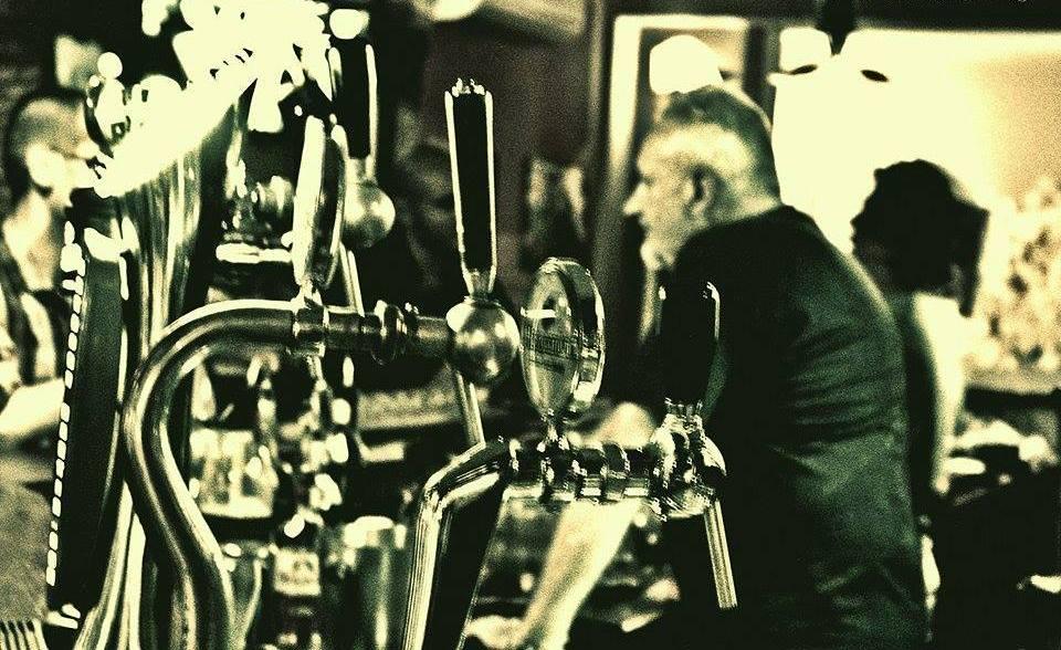 spillatore per birra e sullo sfondo clienti