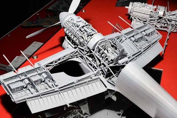 Modellino di un aereo in costruzione