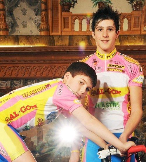 foto ricordo di due ciclisti