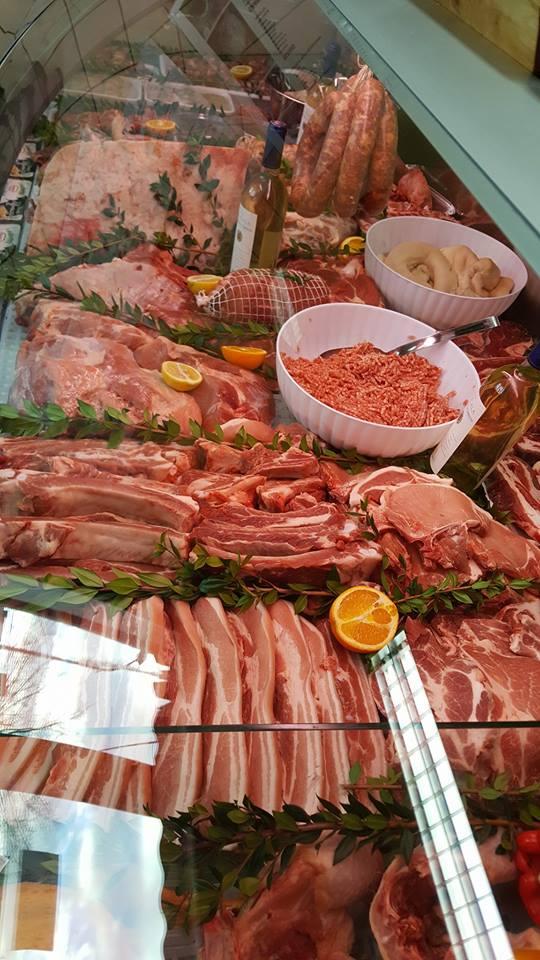 banco macelleria con carni assortite