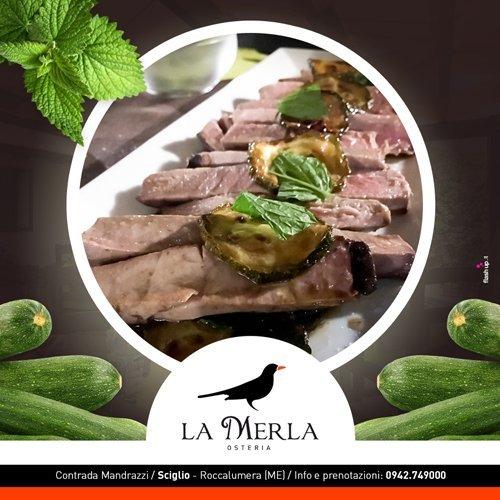 La tagliata di tonno su letto di zucchine con foglie di menta