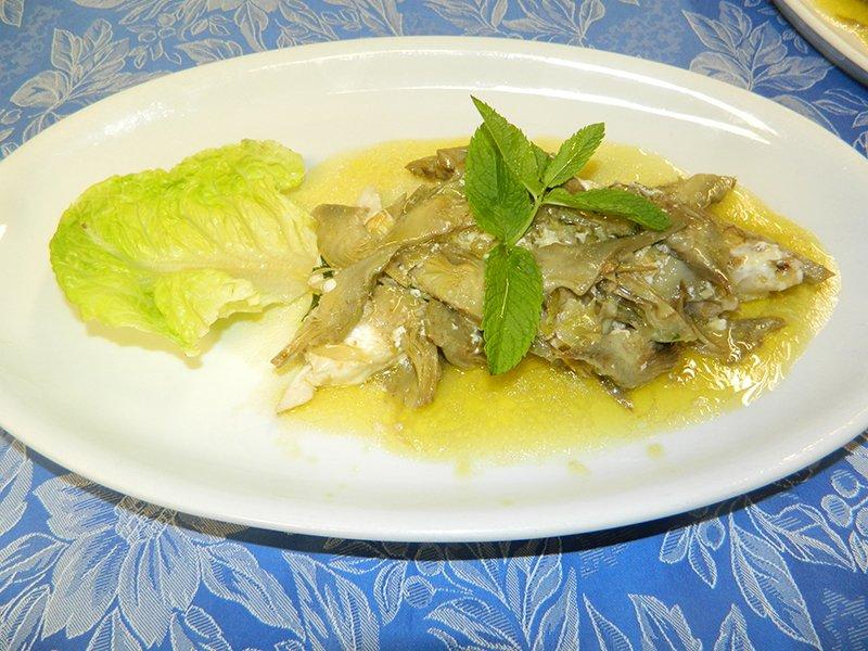 un piatto di pesce con menta e limone
