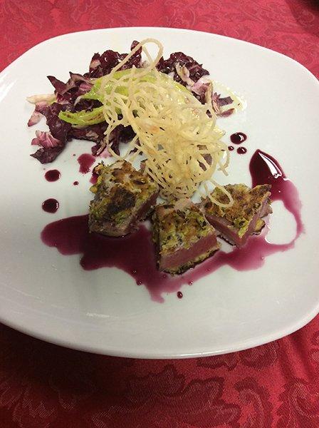 un piatto di tagliata di carne con insalata verde e rossa