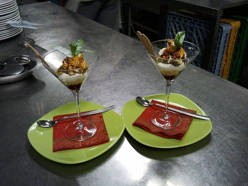 due dolci con foglie di ananas dentro a due bicchieri