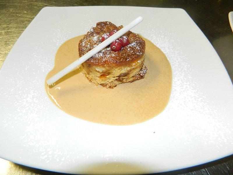 un tortino con zucchero a velo e lamponi