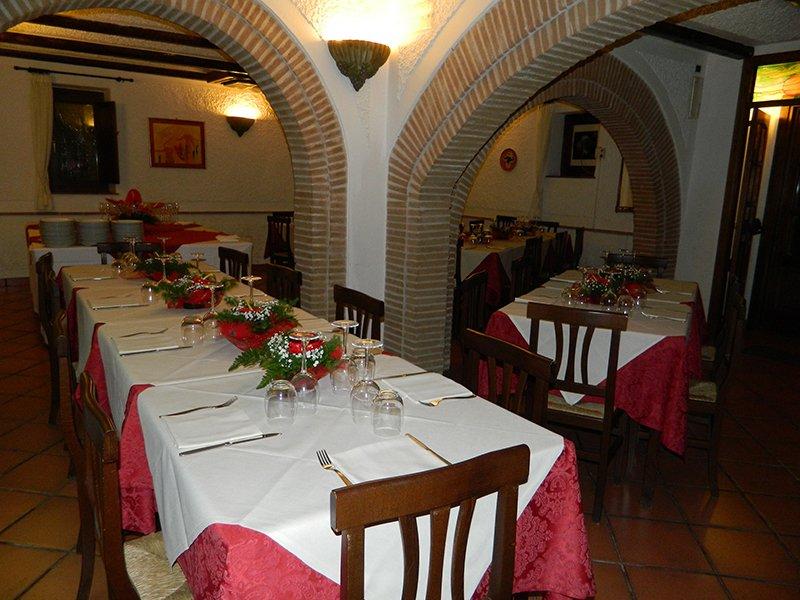 dei tavoli apparecchiati all'interno del ristorante