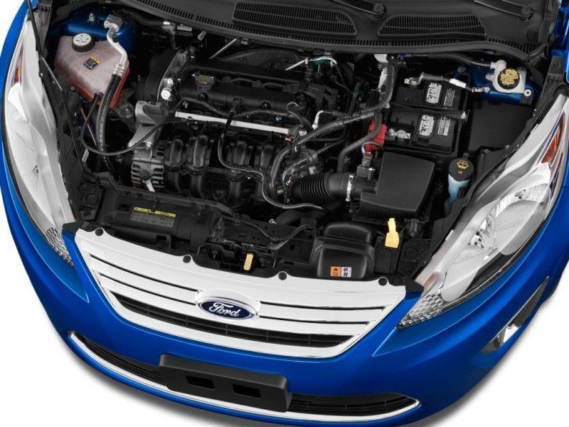 Auto Ford con cofano aperto