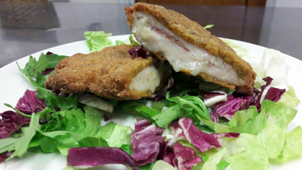 del pesce impanato e dell'insalata