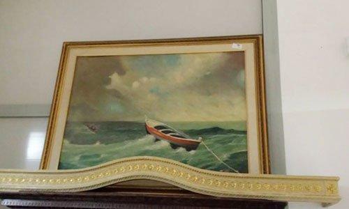 un quadro raffigurante una barca in mezzo al mare