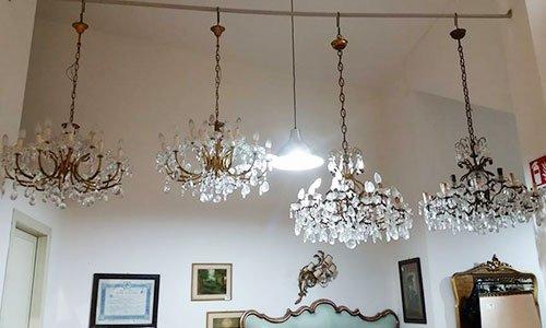 quattro lampadari di cristallo appesi al soffitto