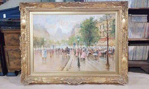 un quadro raffigurante una piazza con delle persone che camminano,degli alberi, dei lampioni, e sulla destra uno stabile giallo